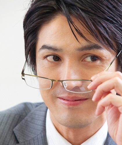 眼精疲労の危険な前兆とその対処方法