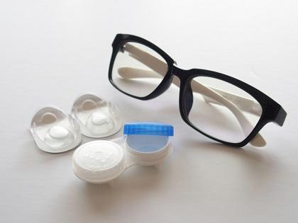 目に優しいのはどっち?メガネとコンタクトの比較